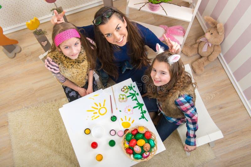 Wielkanoc matka i dwa córki w przygotowaniu do wielkanocy - zdjęcia stock