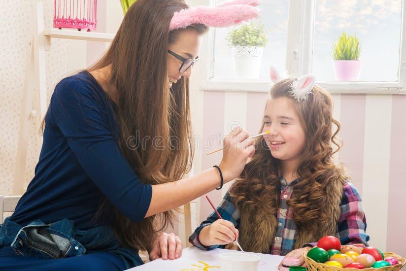 Wielkanoc - matki i córki farby jajka, królików ucho na one obrazy royalty free
