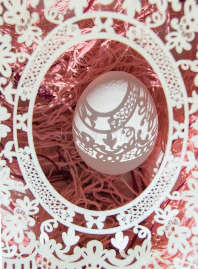 Wielkanoc Pi?kna Wielkanocna karta z openwork pionowo owal ram? przez kt?rego spadaj? na bia?ym jajku pi?kni cienie Ziele? obrazy royalty free