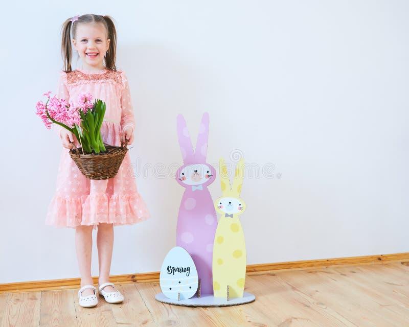 Wielkanoc 2019 Pięknych małych dziewczynek w sukni z Wielkanocnymi dekoracjami Duzi króliki i, kolorowy miejsce Dużo zdjęcia royalty free