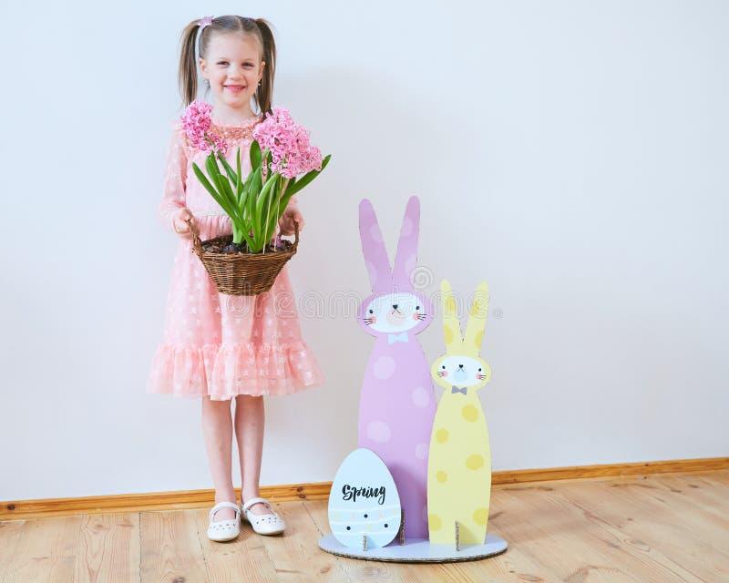 Wielkanoc 2019 Pięknych małych dziewczynek w sukni z Wielkanocnymi dekoracjami Duzi króliki i, kolorowy miejsce Dużo zdjęcie stock