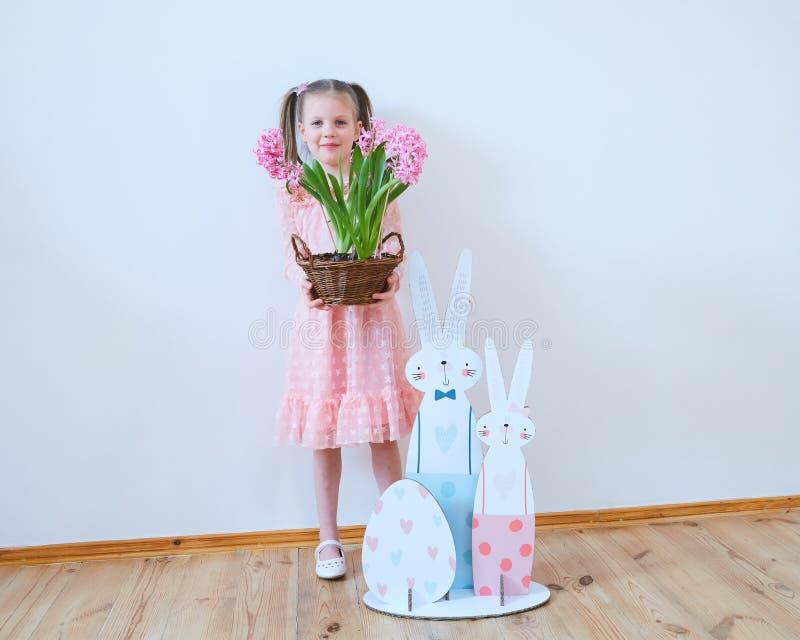 Wielkanoc 2019 Pięknych małych dziewczynek w sukni z Wielkanocnymi dekoracjami Duzi króliki i, kolorowy miejsce Dużo zdjęcie royalty free