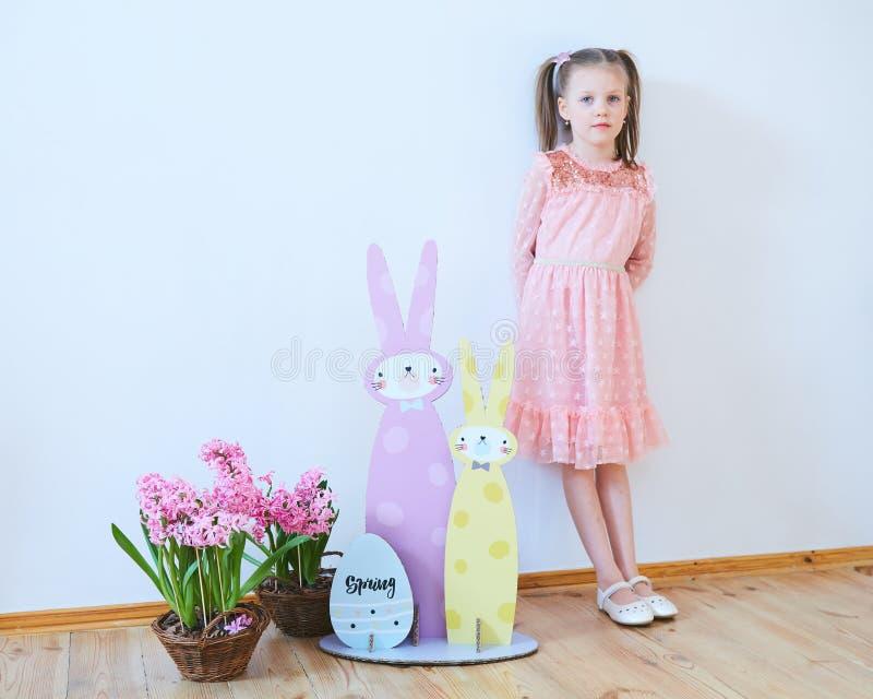 Wielkanoc 2019 Pięknych małych dziewczynek w sukni z Wielkanocnymi dekoracjami Duzi Wielkanocni króliki Mnóstwo różny kolorowy fotografia stock