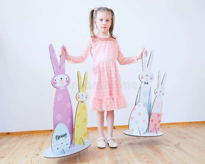 Wielkanoc 2019 Pięknych małych dziewczynek w sukni z Wielkanocnymi dekoracjami Duzi Wielkanocni króliki Mnóstwo różny kolorowy zdjęcie royalty free