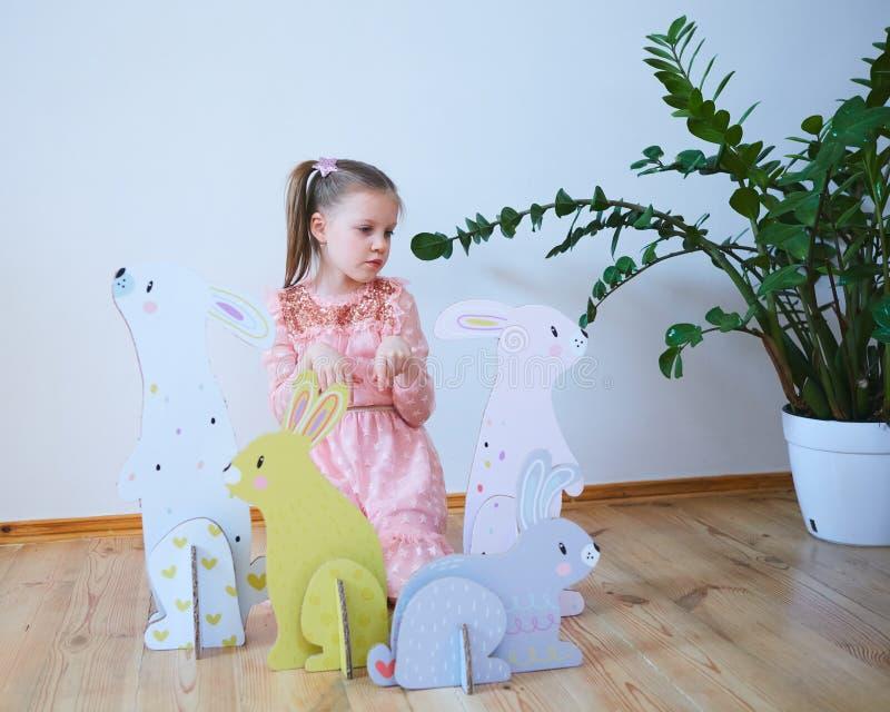 Wielkanoc 2019 Pięknych małych dziewczynek w sukni z Wielkanocnymi dekoracjami Duzi Wielkanocni króliki Mnóstwo różny kolorowy zdjęcia royalty free