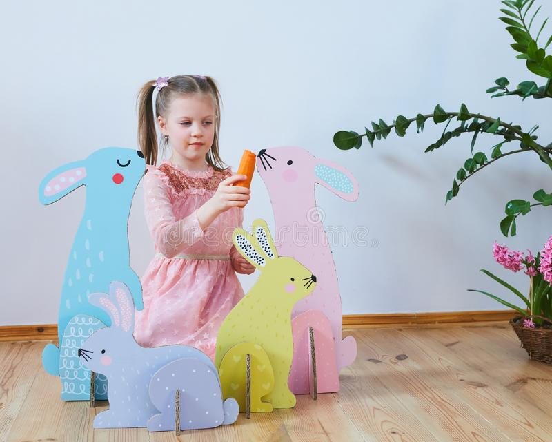 Wielkanoc 2019 Pięknych małych dziewczynek w sukni z Wielkanocnymi dekoracjami Duzi Wielkanocni króliki Mnóstwo różny kolorowy fotografia royalty free