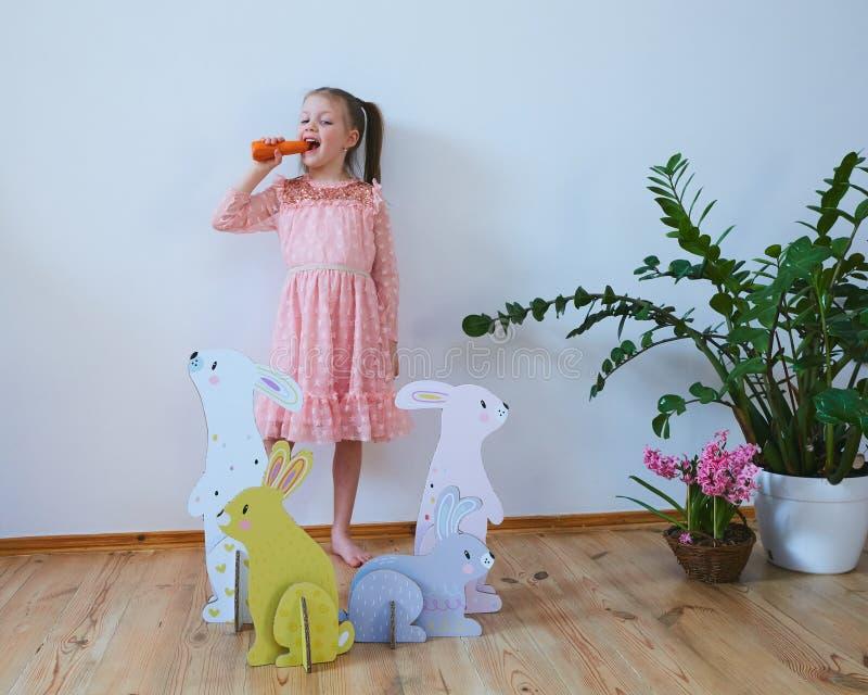 Wielkanoc 2019 Pięknych małych dziewczynek w sukni z Wielkanocnymi dekoracjami Duzi Wielkanocni króliki Mnóstwo różny kolorowy obraz royalty free