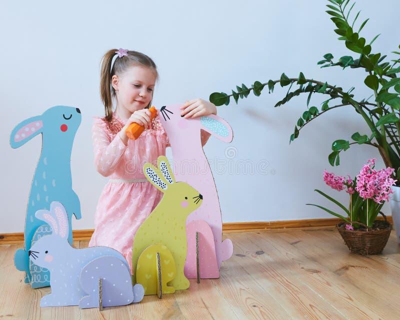 Wielkanoc 2019 Pięknych małych dziewczynek w sukni z Wielkanocnymi dekoracjami Duzi Wielkanocni króliki Mnóstwo różny kolorowy zdjęcie stock