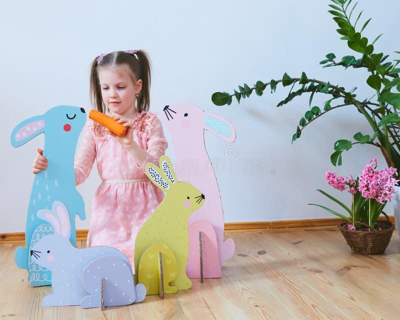 Wielkanoc 2019 Pięknych małych dziewczynek w sukni z Wielkanocnymi dekoracjami Duzi Wielkanocni króliki Mnóstwo różny kolorowy obraz stock