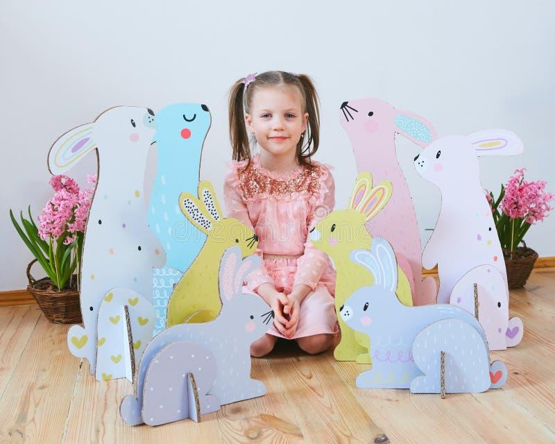 Wielkanoc 2019 Pięknych małych dziewczynek w sukni z Wielkanocnymi dekoracjami Duzi Wielkanocni króliki Mnóstwo różny kolorowy zdjęcia stock