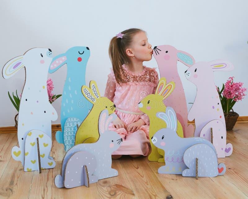 Wielkanoc 2019 Pięknych małych dziewczynek w sukni z Wielkanocnymi dekoracjami Duzi Wielkanocni króliki Mnóstwo różny kolorowy obrazy stock