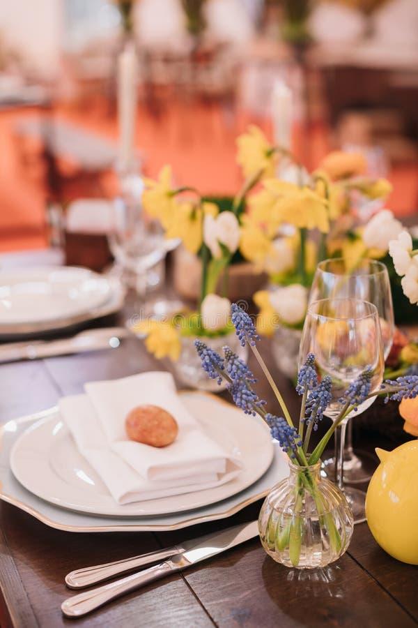 Wielkanoc stół ustawiający w żółtych zielonych kolorach zdjęcia royalty free