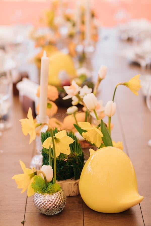Wielkanoc stół ustawiający w żółtych zielonych kolorach zdjęcie stock