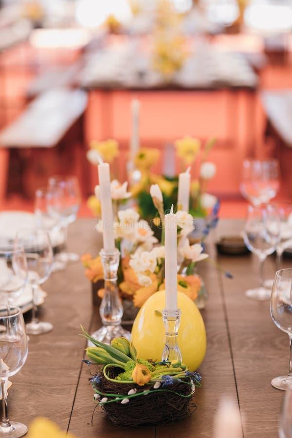 Wielkanoc stół ustawiający w żółtych zielonych kolorach obraz stock