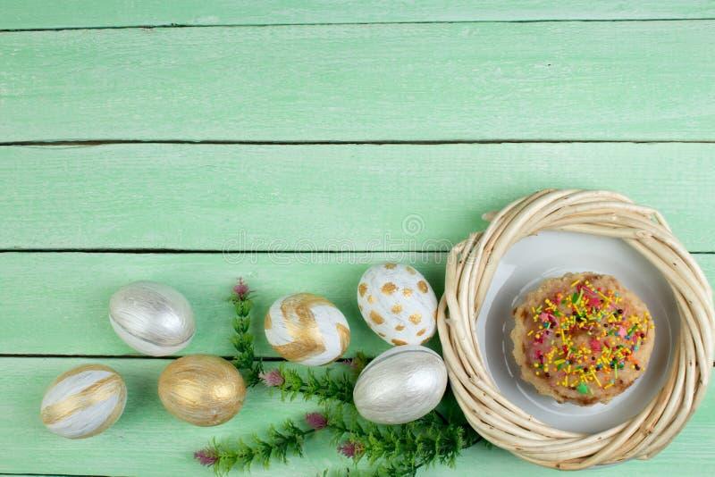 wielkanoc szczęśliwy Malujący jajka na drewnianym stole Wielkanoc tort rosjanin i Ukraiński Tradycyjny Kulich -, Pasek wielkanocy obraz stock