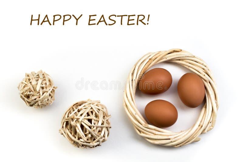 wielkanoc szczęśliwy tło jajka odizolowywali biel Piłki, wianek wyplatający od winogradów Odbitkowa przestrzeń dla teksta Odgórny zdjęcia stock