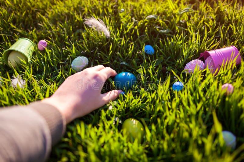 wielkanoc szczęśliwy Wielkanocni jajka chujący w wiosny trawie Kobiety mienia jajko fotografia royalty free