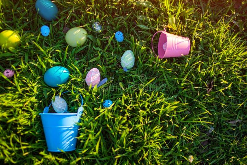 wielkanoc szcz??liwy Wielkanocni jajka chuj?cy w wiosny trawie Wakacyjna dekoracja obrazy royalty free