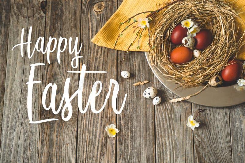 Wielkanoc tła szczęśliwy Wielkanocni jajka w gniazdeczku na metalu talerzu na drewnianym tle pojęcie Easter szczęśliwy fotografia stock