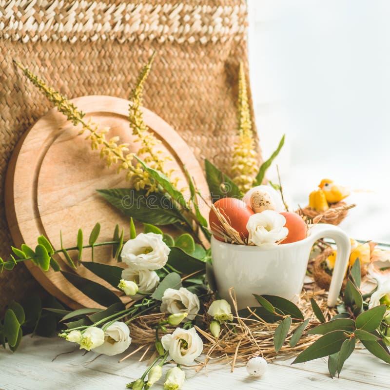 Wielkanoc tła szczęśliwy Wielkanocny jajko w gniazdeczku z kwiecistą dekoracją blisko okno jako wiele tło jajka przepiórka pojęci obraz royalty free
