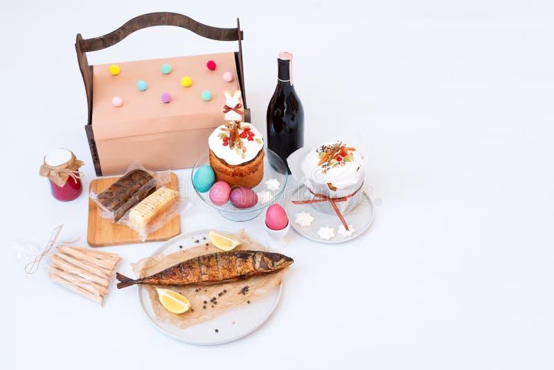 Wielkanoc tort, barwioni jajka, dymiąca ryba i butelka czerwone wino, Ortodoksalny słodki chleb, kulich i inny tradycyjny jedzeni fotografia stock