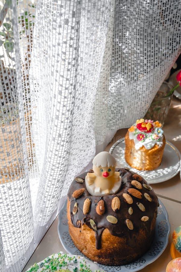 Wielkanoc tort i maluj?cy jajka na drewnianym stole ?wi?teczny sk?ad w wie?niaka stylu, wiosna Mieszkanie nieatutowy, odg?rnego w fotografia royalty free