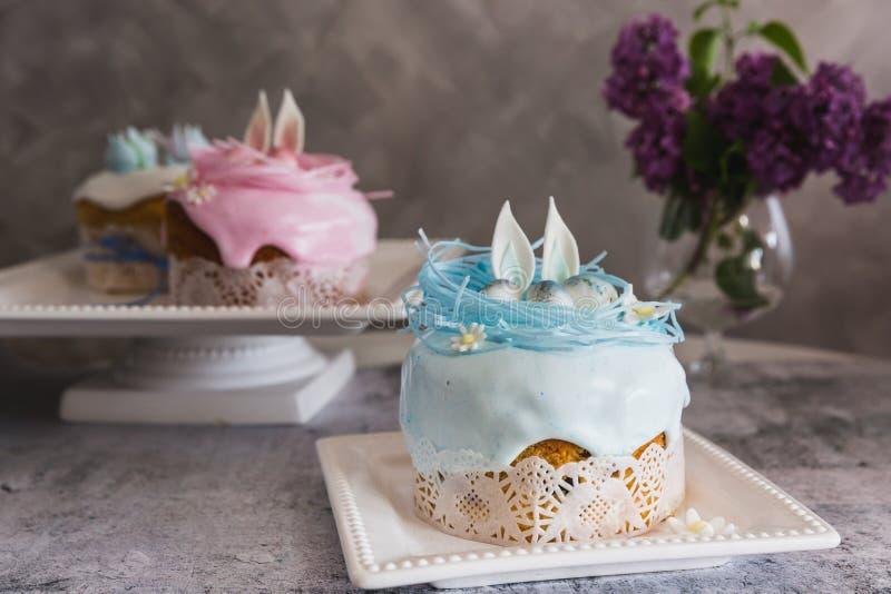 Wielkanoc torty dekorowali z gniazdeczkiem i jajkami - Tradycyjny Kulich, Pasek wielkanocy chleb fotografia stock