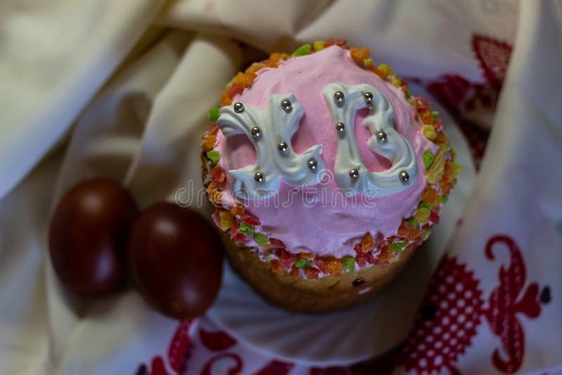 Wielkanoc torty lub tradycyjny Kulich, Pasek, chleb z malującymi jajkami i Wielkanocnym ręcznikiem fotografia stock