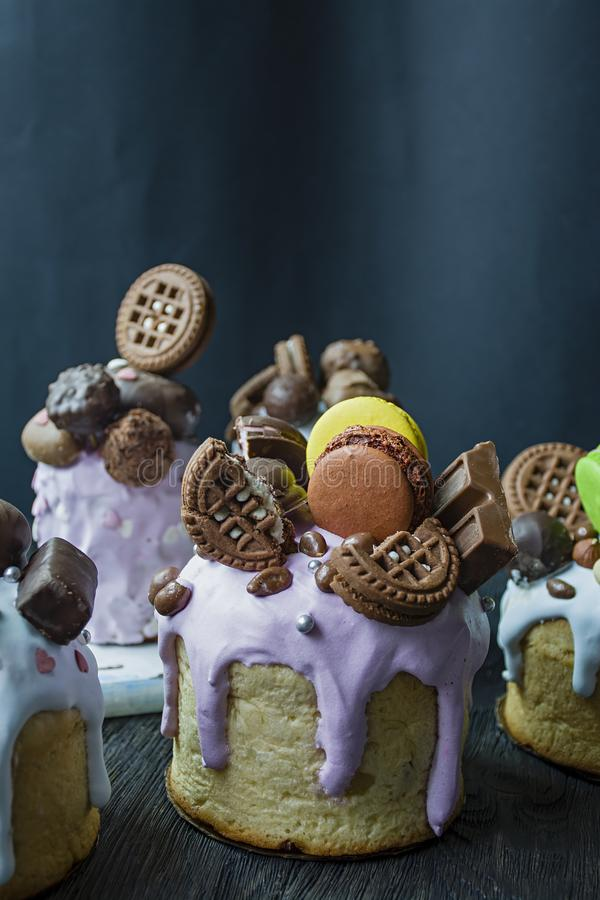 Wielkanoc, Wielkanocni torty dekoruje z czekoladą i macaroons Tradycyjny Kulich, Wielkanocny chleb Wiosna wakacje ku pami?ci fotografia royalty free