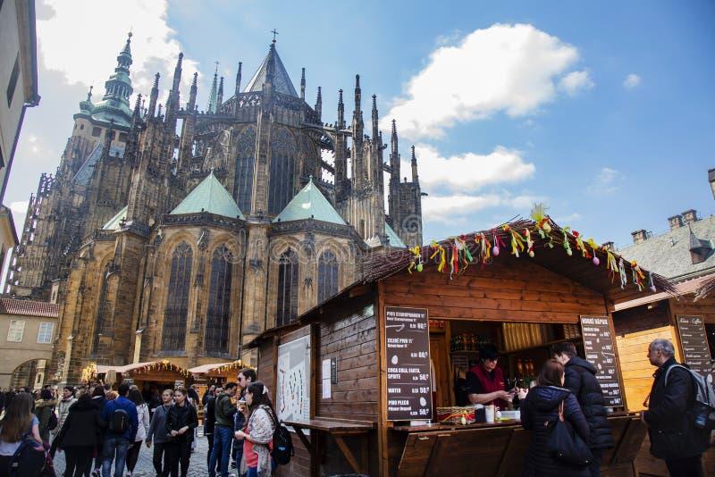 Wielkanoc wprowadzać na rynek przy Praga kasztelem, St Vitus katedra obrazy stock