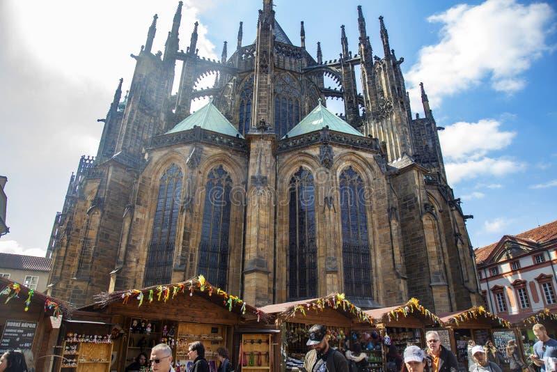 Wielkanoc wprowadzać na rynek przy Praga kasztelem, St Vitus katedra fotografia royalty free