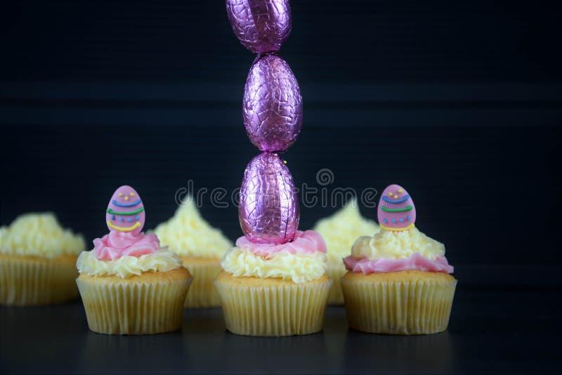 Wielkanoc zasycha z czekoladowymi jajkami w wysokiej pionowo linii dla kreatywnie dekoracj zdjęcie stock