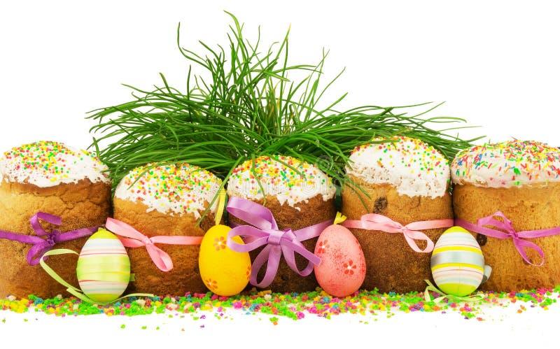 Wielkanoc zasycha z kolorowymi faborkami, dekoracyjnymi jajkami, trawą i m, obrazy stock