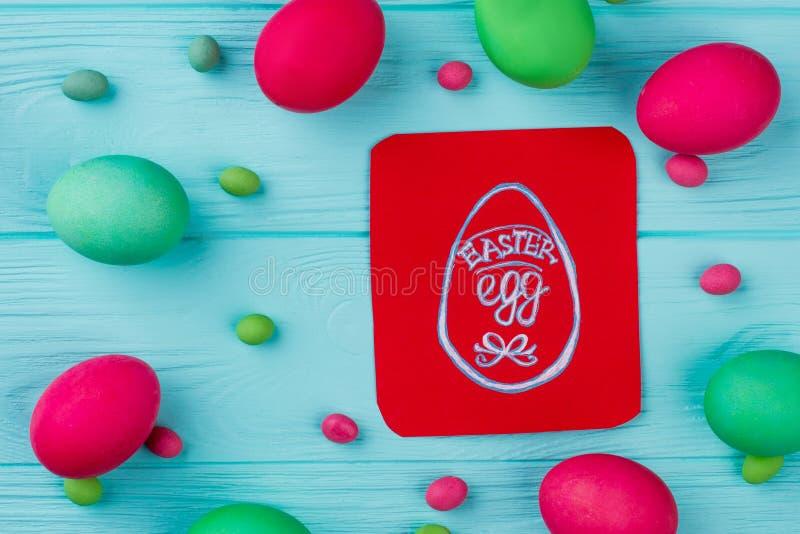 Wielkanoce farbujący jajka na błękitnym drewnianym tle zdjęcia stock