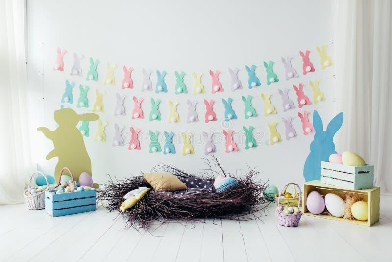 Wielkanocna dekoracja pokój, studio Gniazdeczko, jajka, kosze, pudełka, królik obraz royalty free