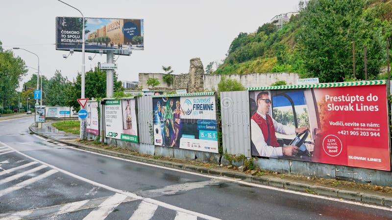 Wielkanocna Europejska ulica z wyróżniającymi rachunek deski reklamami obraz royalty free