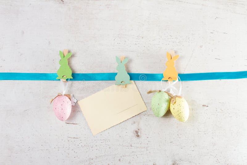 Wielkanocna scena z barwionymi jajkami obrazy stock