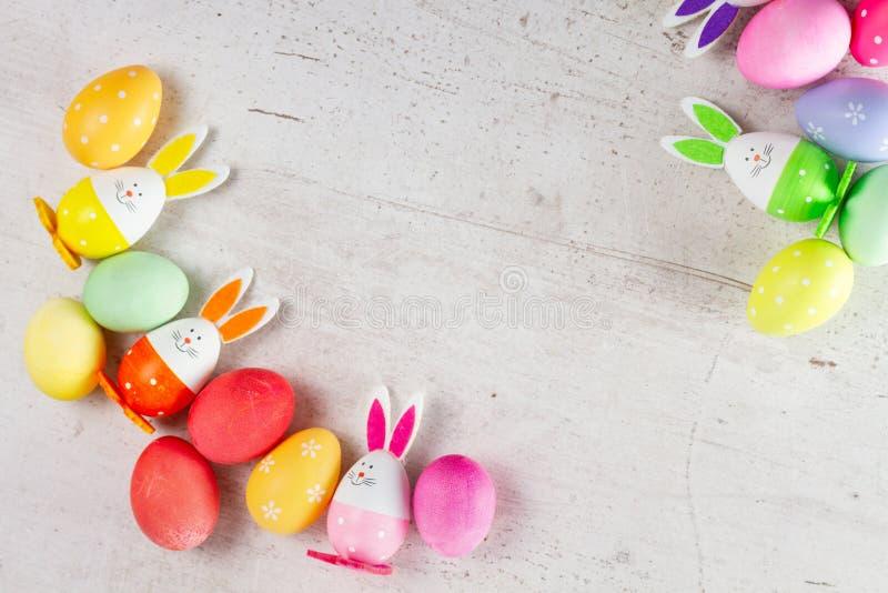 Wielkanocna scena z barwionymi jajkami obraz stock