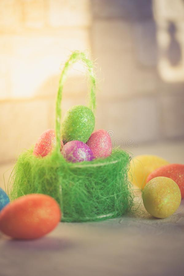 Wielkanocna scena z barwionymi jajkami - wizerunek pionowo obrazy stock