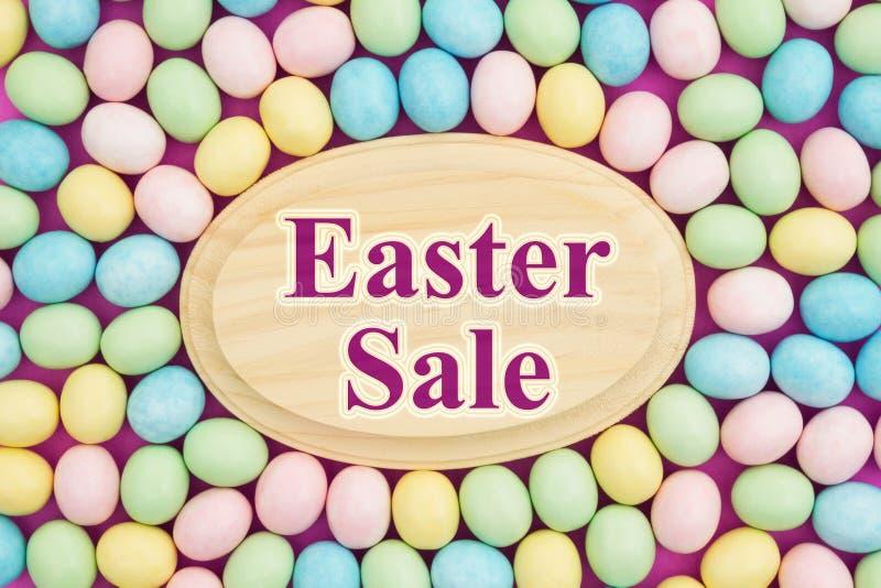 Wielkanocna sprzedaży wiadomość z cukierku Wielkanocnym jajkiem zdjęcia stock