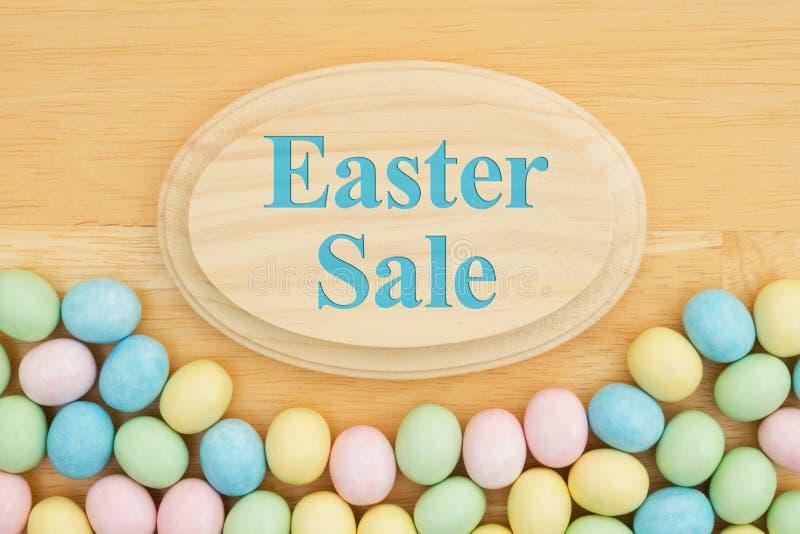 Wielkanocna sprzedaży wiadomość z cukierku Wielkanocnym jajkiem ilustracja wektor