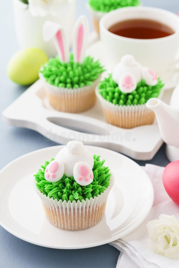 Wielkanocne babeczki dekorować dla dzieciaków i herbaty zdjęcie stock