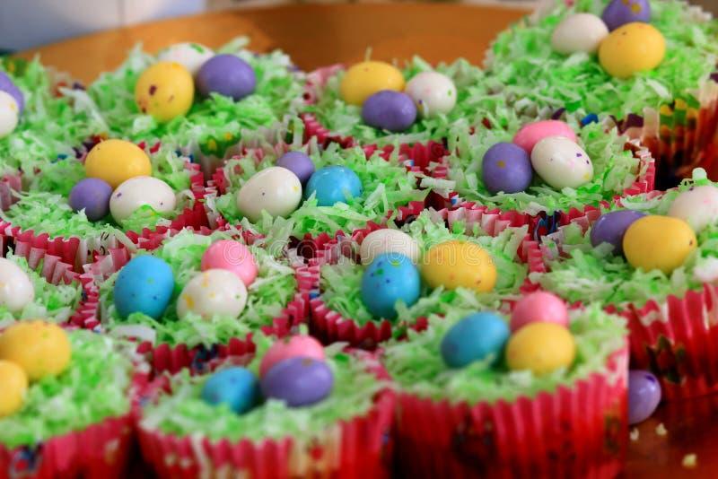 Wielkanocne babeczki z słodującymi czekoladowymi jajkami obrazy royalty free