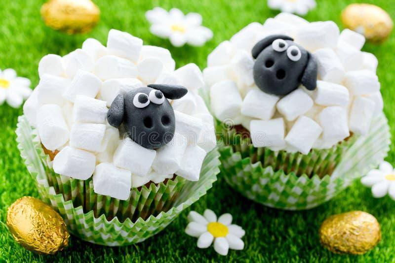 Wielkanocne baranie babeczki, śmieszni torty kształtowali ślicznych sheeps z marshmallow fotografia royalty free