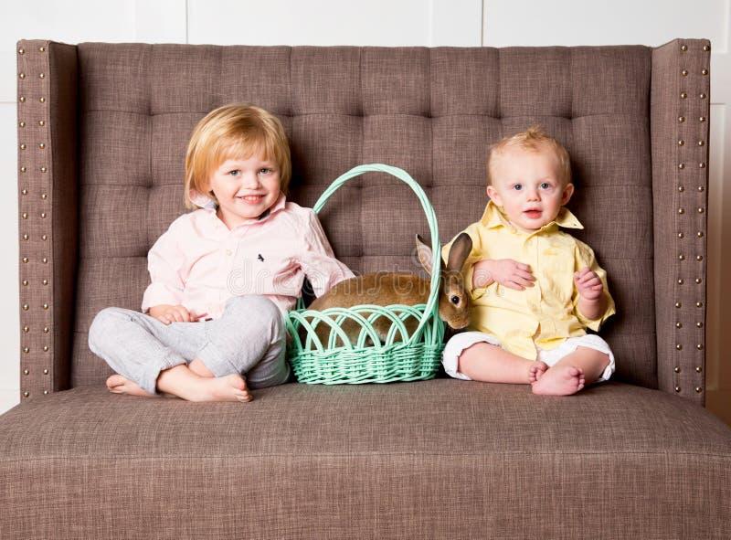 Wielkanocne chłopiec i królik obrazy stock