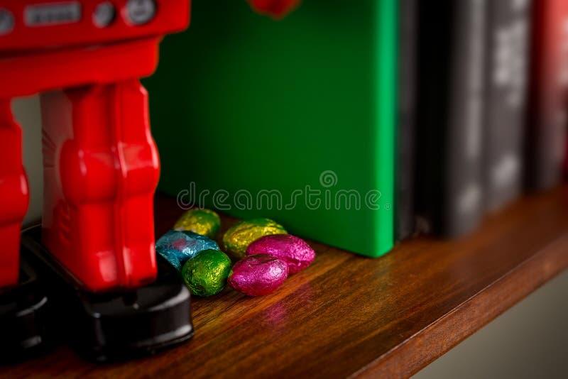 Wielkanocne czekolady chować na książkowej półce fotografia royalty free