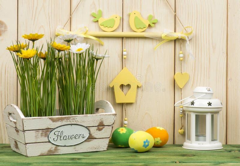 Wielkanocne dekoracje - drewniany pudełko z kwiatami i jajkami fotografia royalty free