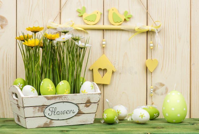 Wielkanocne dekoracje - drewniany pudełko z kwiatami i jajkami obraz stock