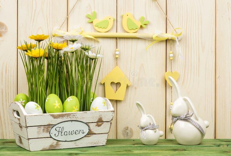 Wielkanocne dekoracje - drewniany pudełko z kwiatami, jajkami i królikami, obrazy stock