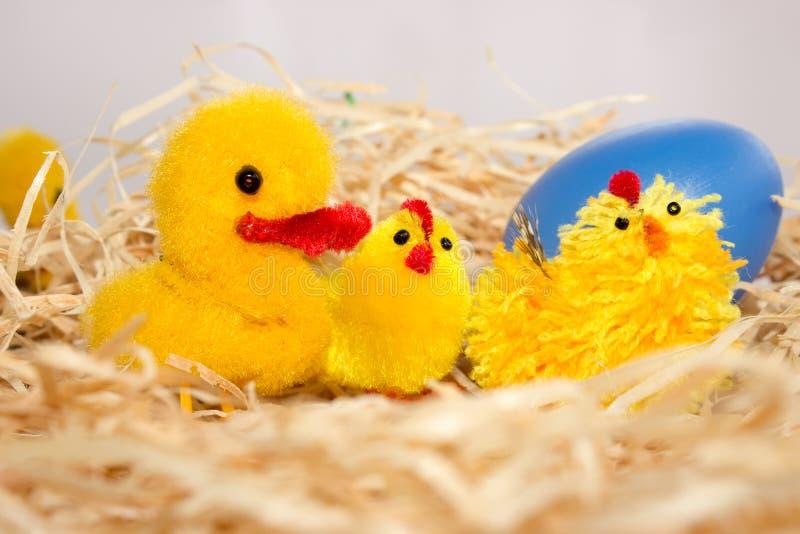 Wielkanocne dekoracje kurczak kaczka i błękitny jajko - zdjęcia royalty free